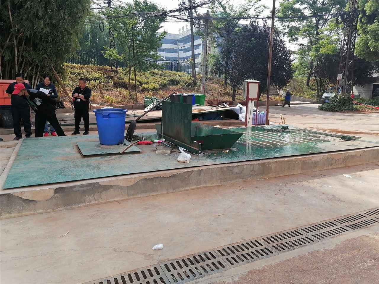 昆明学院2套水平压缩地埋式垃圾池/站验收完毕
